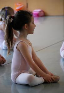 niña en clase de ballet sentada